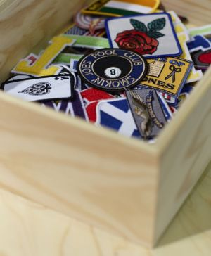 Box with several patches to customize denim pieces