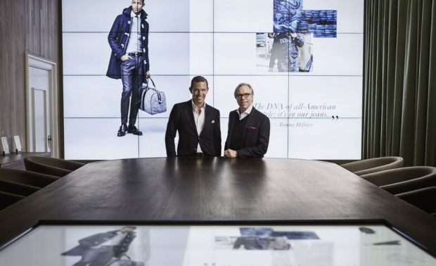 CEO Daniel Grieder (l.) with Tommy Hilfiger in the digital showroom