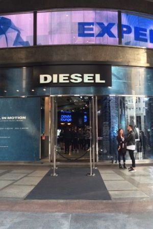Milan Diesel Planet stire in Piazza San Babila