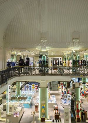 The store occupies 4.300 sqm on three levels and is situated inside a Liberty-style building of the early 1900s