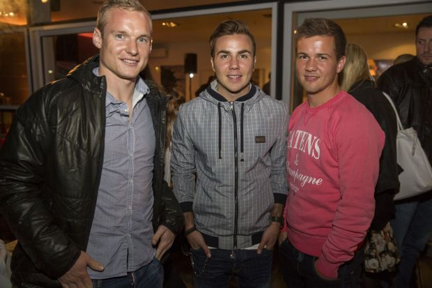 Football player Mario Götze (m.) with Sebastian Rode (l.) and Fabian Götze at the Timezone Real People Live Sessions