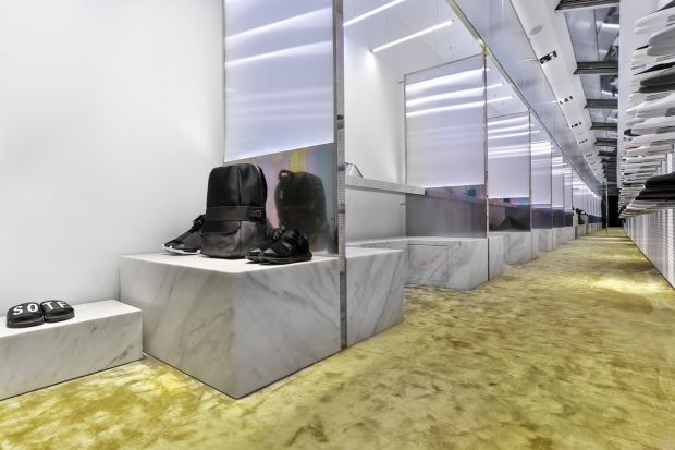 Materials such as marble, fitted carpets, polycarbonate elements and tropicalized steel characterize the store.