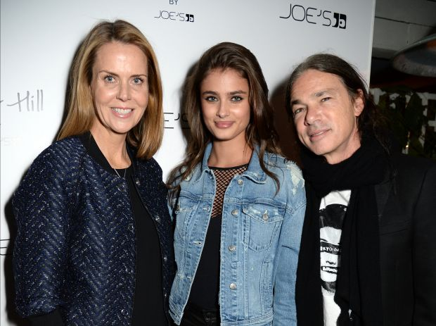 Suzy Biszantz (l.) with model Taylor Hill and Joe Dahan