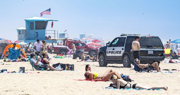 People flock to Huntington Beach/California for a break from the heat last weekend.