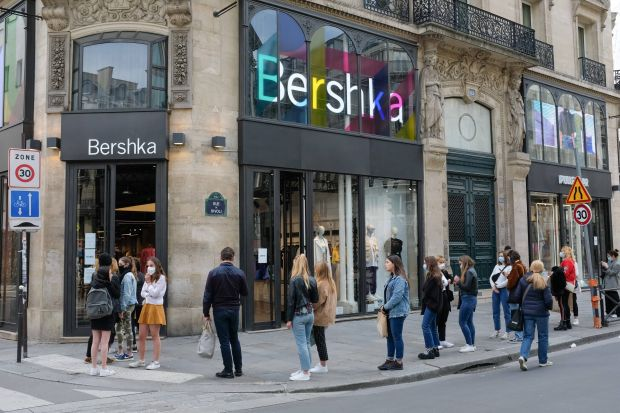 Atmopshere on Rivoli Street on Tuesday in Paris: Queuing in front of Bershka