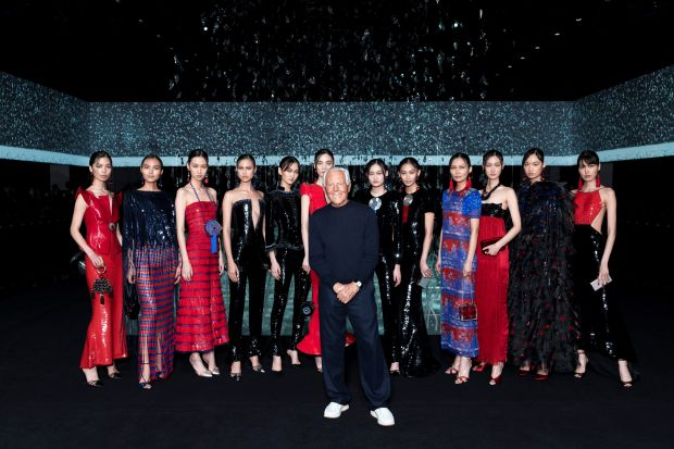 Giorgio Armani ended the show with a personal tribute to China by showing select looks from the China-inspired Giorgio Armani Privé s/s 2009 and 2019 collections.